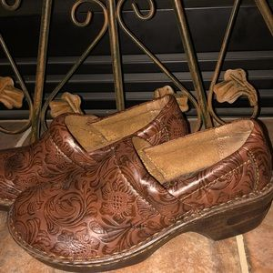9.5M NWOT's gorgeous b.o.c. Clogs in Chocolates